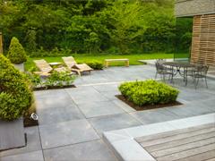 Terrasse et allée en pavage béton ou pierre naturelle