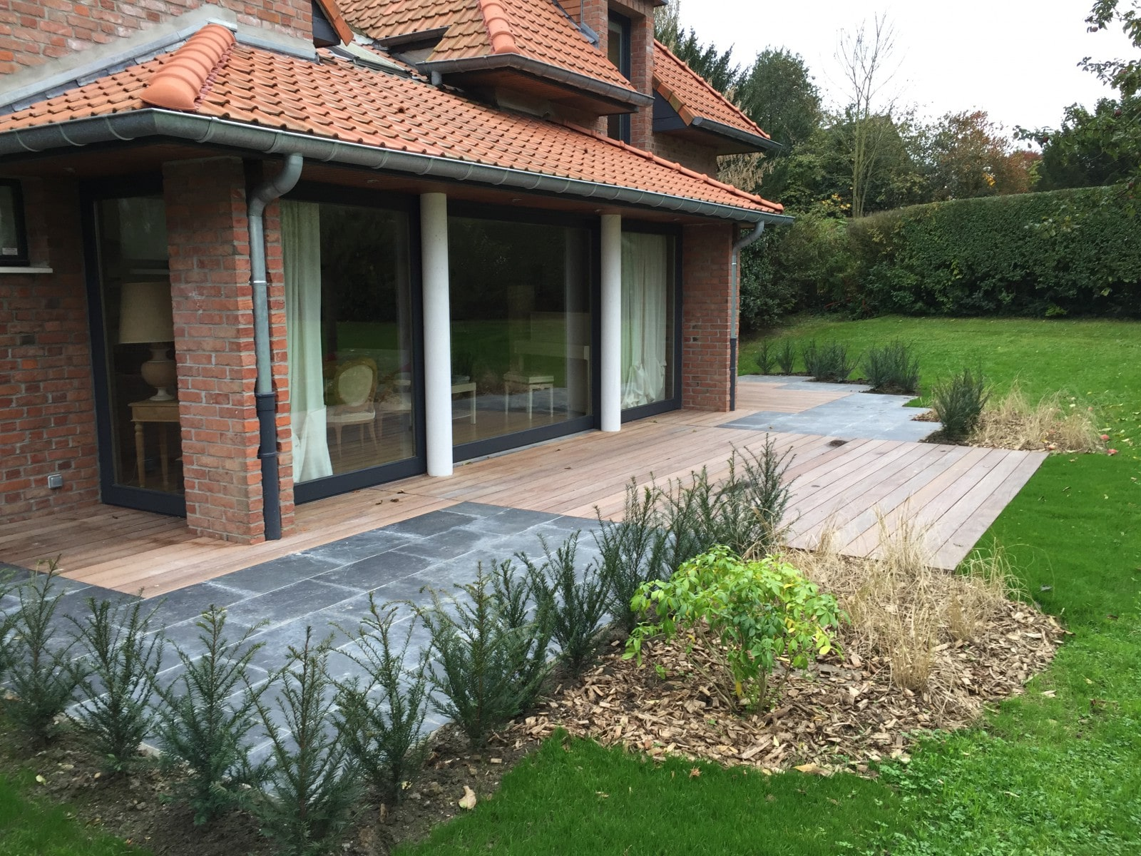 Terrasse bois ardoise for Amenagement exterieur longere