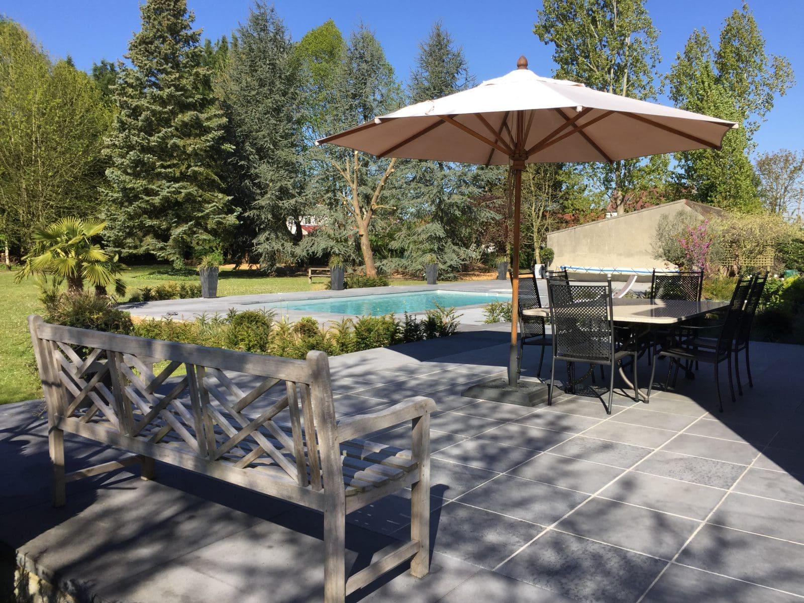 terrasses et abords de piscine en pierre bleue et dalles xxl