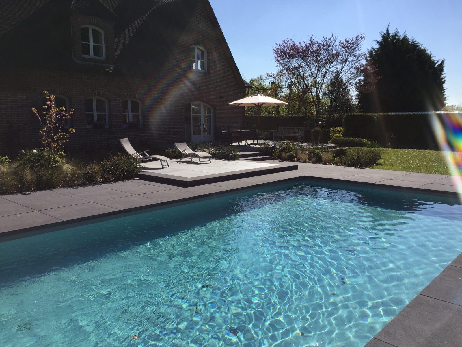 Terrasses et abords de piscine en pierre bleue et dalles for Piscine pas de calais